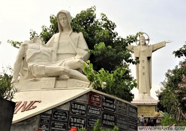 Co-objet de la mère sous les étapes de la statue du Christ Roi à Vung Tau, au Vietnam