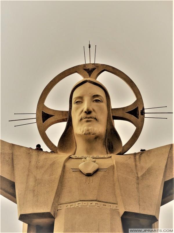 Pada patung Yesus Kristus di Vung Tau, Vietnam