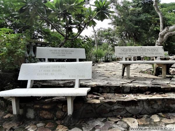 Die Namen der Sponsoren aus der ganzen Welt sind auf den Steinbänken auf dem Berg Nho in Vung Tau, Vietnam eingraviert
