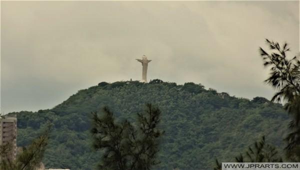 Vista de la estatua de Cristo desde el centro de Vung Tau, Vietnam