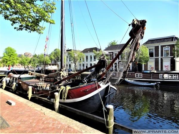 Alte Schiffe am Willemskade in Leeuwarden, Niederlande