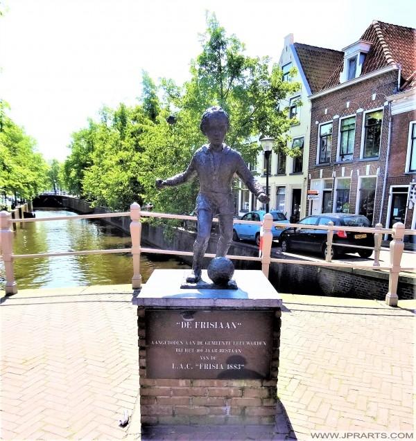 Beeld van De Frisiaan of Voetballertje in Leeuwarden, Nederland