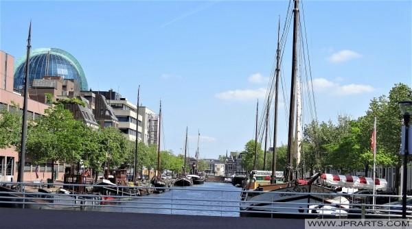 Boaten yn de grêften yn Ljouwert, Nederland