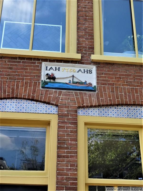 Gevelstien mei opskrift 'IAH 1762 AHS' yn Ljouwert, Nederland