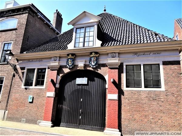 Koetshuis van de voormalige Stadhouderlijke Rijschool (1680) in Leeuwarden, Nederland