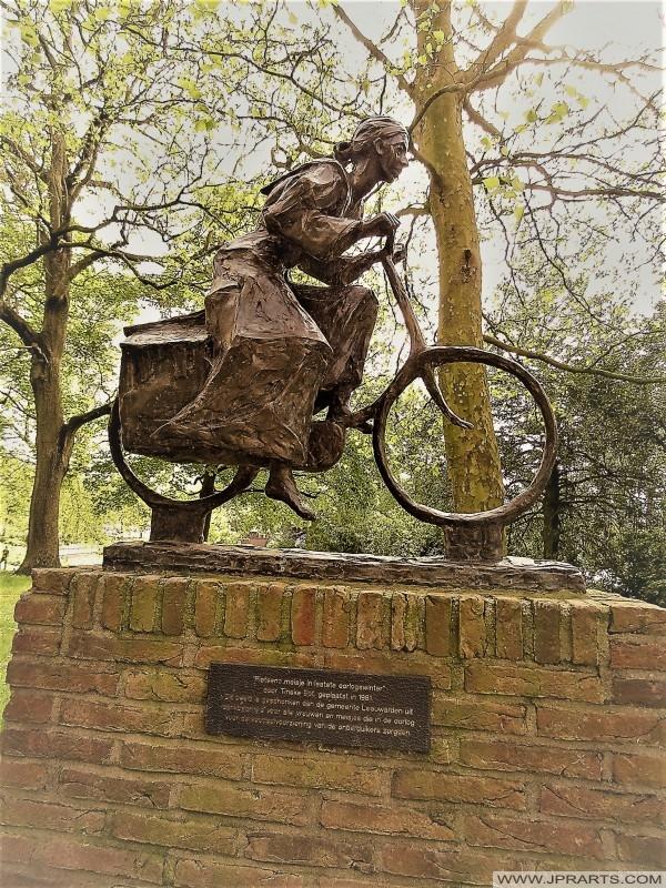 Monument 'Vrouw op Voedseltocht' in Leeuwarden, Nederland
