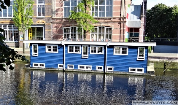 Woonboot in de Ooster Stadsgracht in Leeuwarden, Nederland
