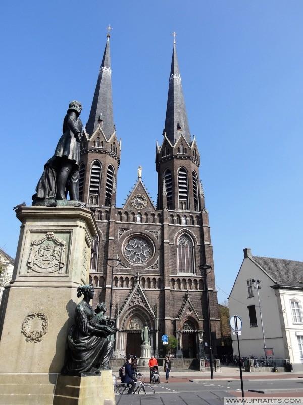 Standbeeld en Kerk op de Heuvel in Tilburg, Nederland