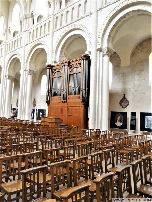 Intérieur de l'église abbatiale Sainte-Trinité à Caen, France