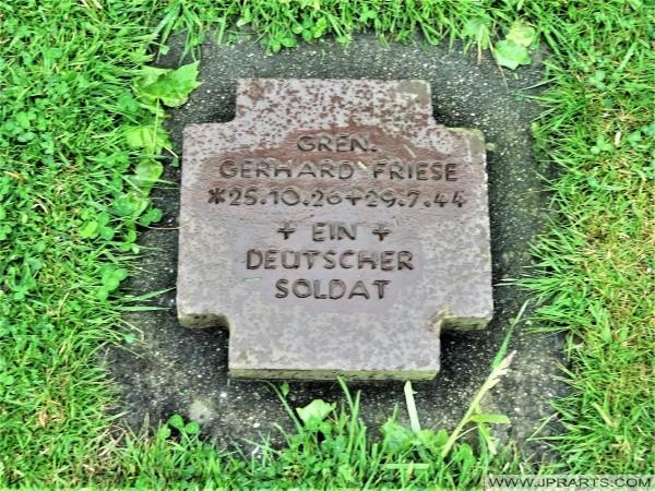 Ein Deutscher Soldat (Deutsche Kriegsgräberstätte La Cambe in der Normandie, Frankreich)