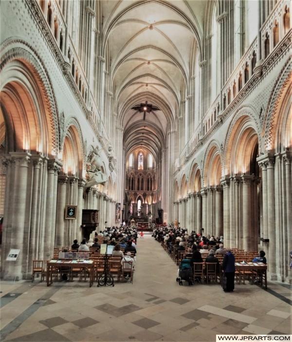 Intérieur de la Cathédrale Notre-Dame de Bayeux en Normandie, France