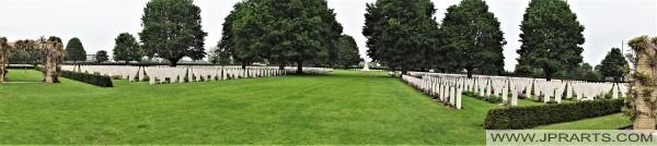 Vue Générale du Cimetière Militaire Britannique de Bayeux (Normandie, France)