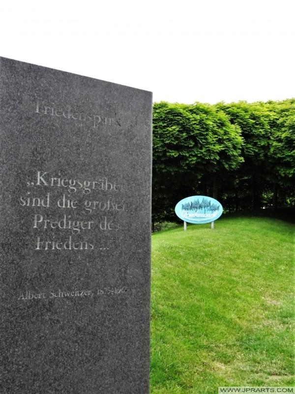 Zitat von Albert Schweitzer auf einem Gedenkstein am deutschen Soldatenfriedhof in La Cambe (Normandie, Frankreich); Kriegsgräber sind die großen Prediger des Friedens