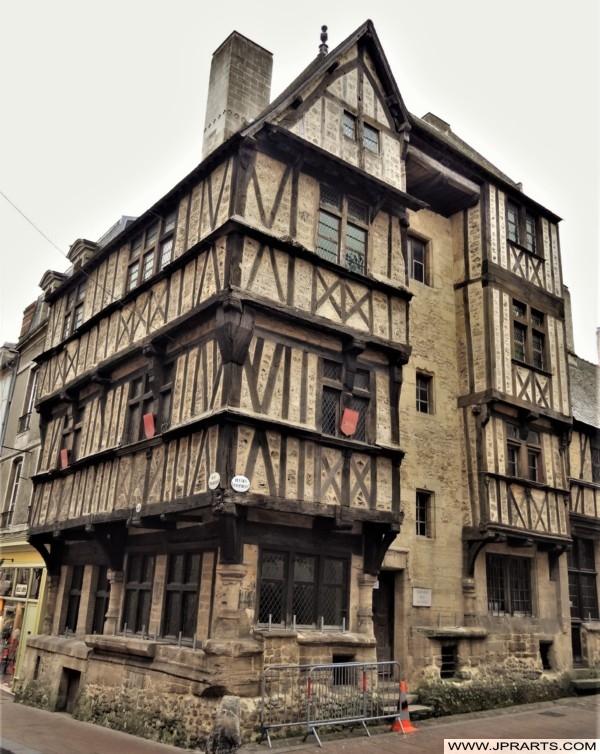 Maison à Colombages de Bois du 16e Siècle à Bayeux, France