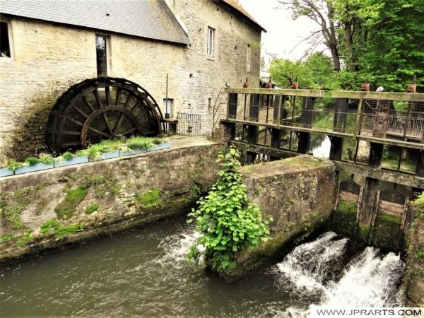 Moulin à Eau et Rivière Aure dans la vieille Ville de Bayeux, France