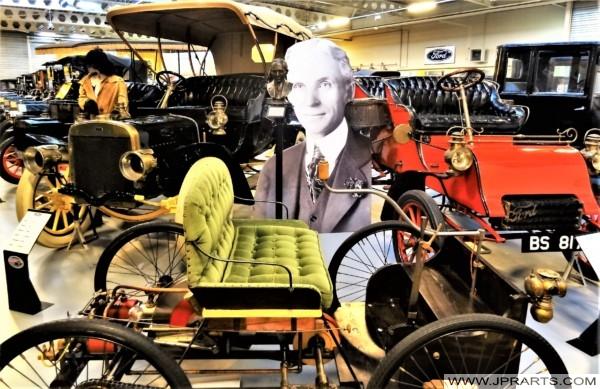 Portret en buste van Henry Ford in het voormalige Den Hartogh Ford Museum (Hillegom, The Netherlands)
