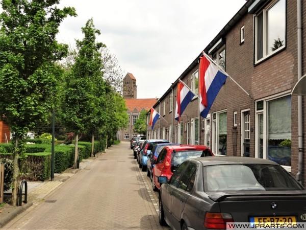 Nederlandse Vlaggen in een Straat in Kinderdijk, Nederland