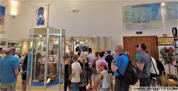 السياح في متحف نفط البحرين