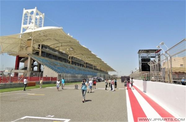 Touristen auf der Formel-1-Strecke in Bahrain